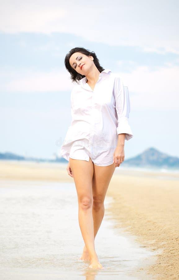 Jolie marche de femme photos libres de droits