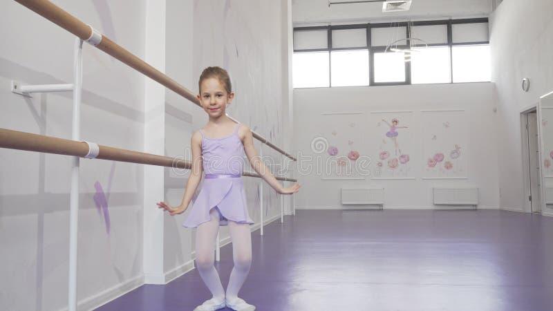 Jolie petite ballerine qui danse à l'école de ballet photo libre de droits