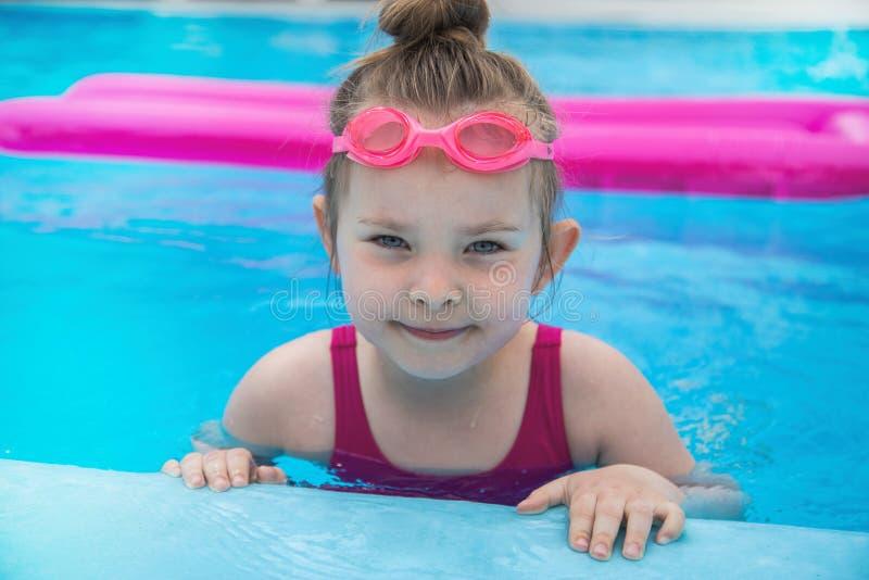 Jolie petite fille dans la piscine Horizont images stock