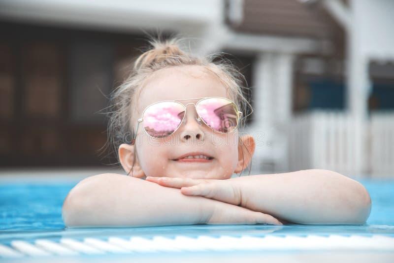 Jolie petite fille dans la piscine Horizont image libre de droits