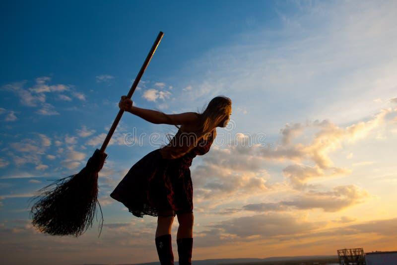 Jolie sorcière avec le balai photos libres de droits
