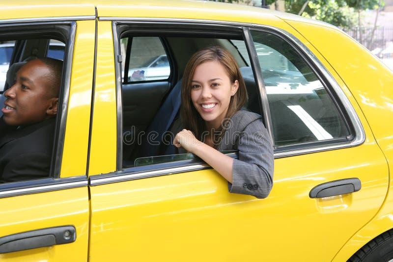 Jolies affaires dans le taxi photos stock