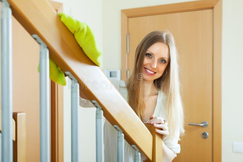 Jolies balustrades d'escalier de saupoudrage de femme image stock