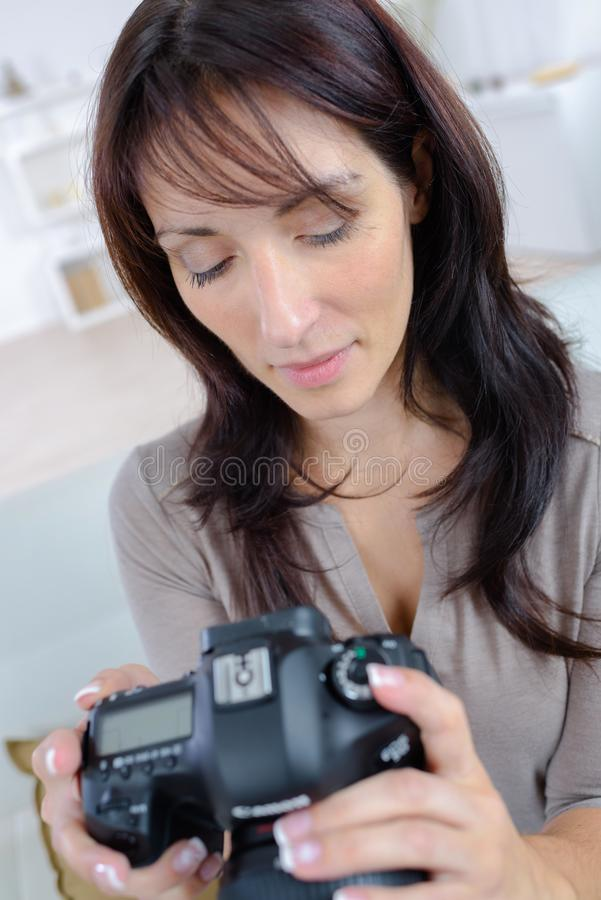 Jolies caméra de participation de photographe et photos de vérification photos libres de droits