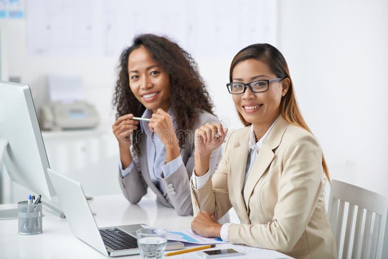 Jolies femmes d'affaires images libres de droits