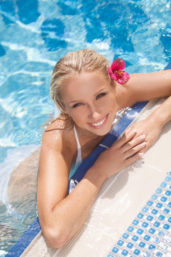 Jolies femmes dans la piscine. Vue supérieure des jeunes femmes attirantes dans le biki images libres de droits