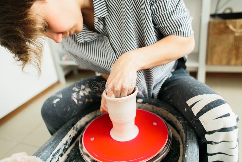 Jolies femmes travaillant à la roue de potier dedans le studio image stock