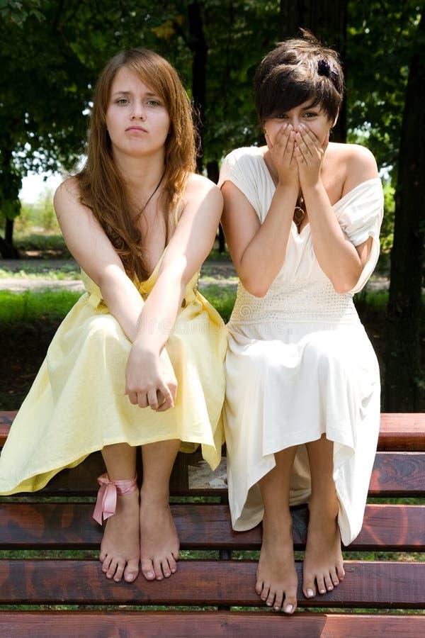 Jolies filles effectuant les visages drôles photos libres de droits