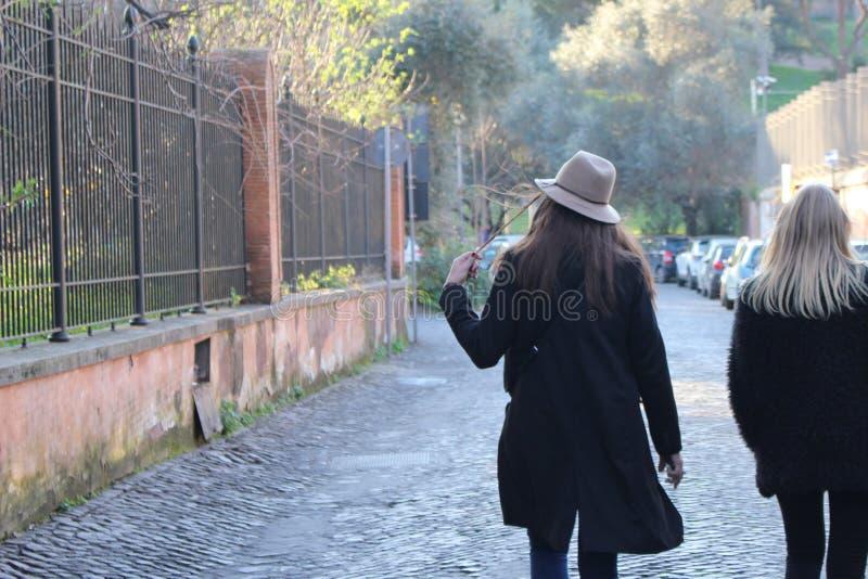 Jolies filles marchant dans la rue photos stock