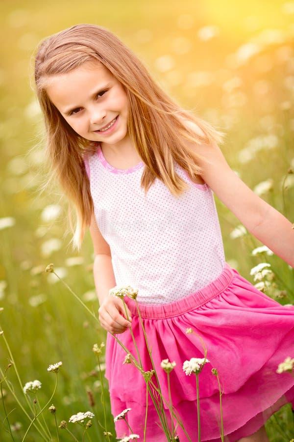 Jolies fleurs de cueillette de fille photo stock
