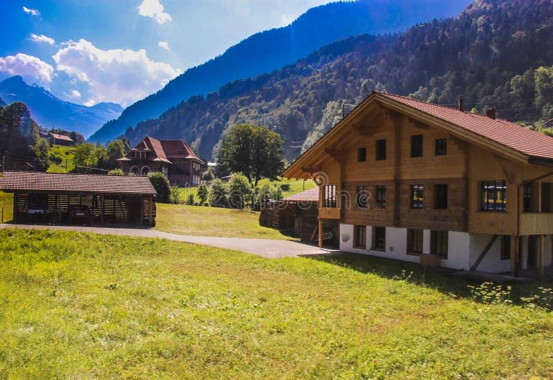 Jolies maisons à la vallée de Grindelwald photographie stock
