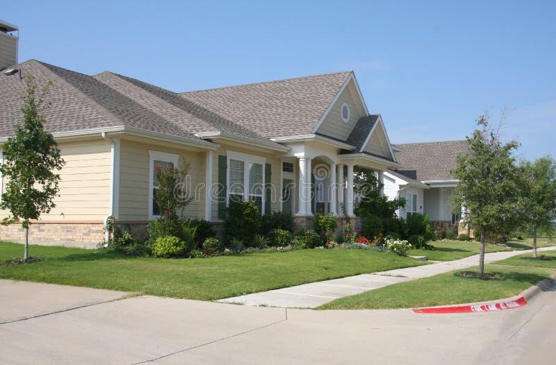 Jolies maisons avec gadern photographie stock