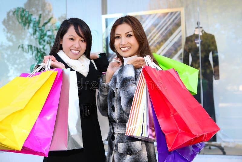 Jolis achats de femme avec les sacs colorés photo stock