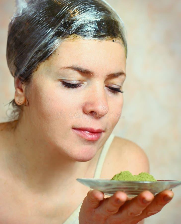 Jolis cheveux de colorant de femme avec le henné photo libre de droits