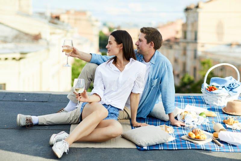 Jolis couples contemplant le paysage urbain image libre de droits