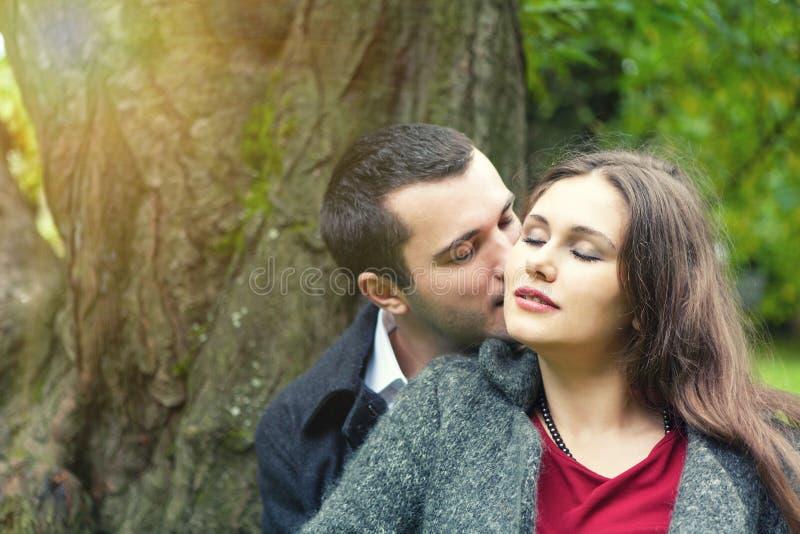 Jolis couples de baiser images libres de droits