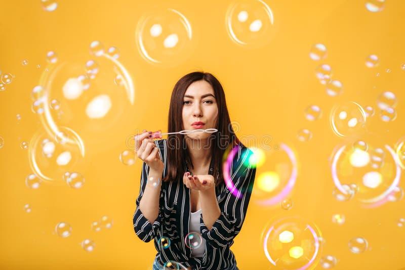 Jolis coups de femme sur la bulle de savon photographie stock