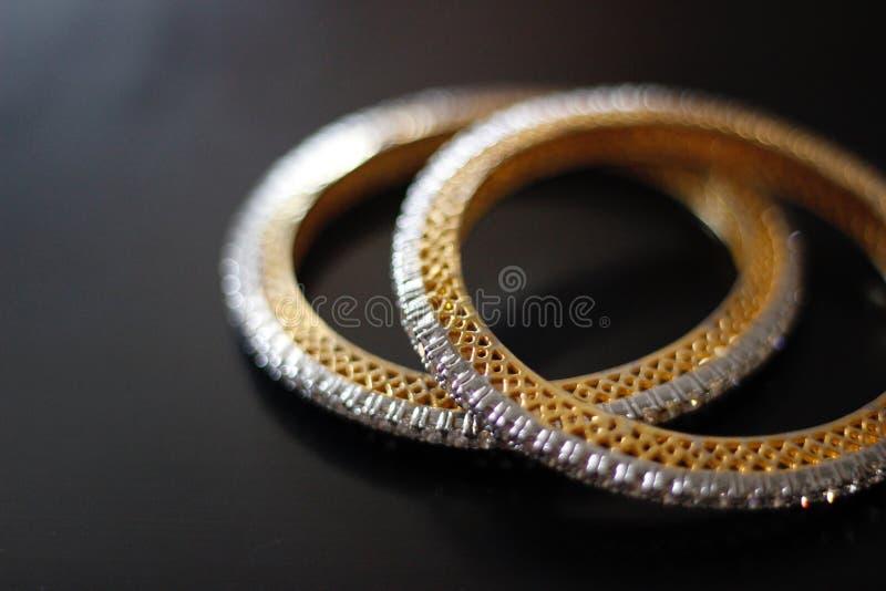 Jolis et sensibles bracelets d'or à carreaux photographie stock libre de droits