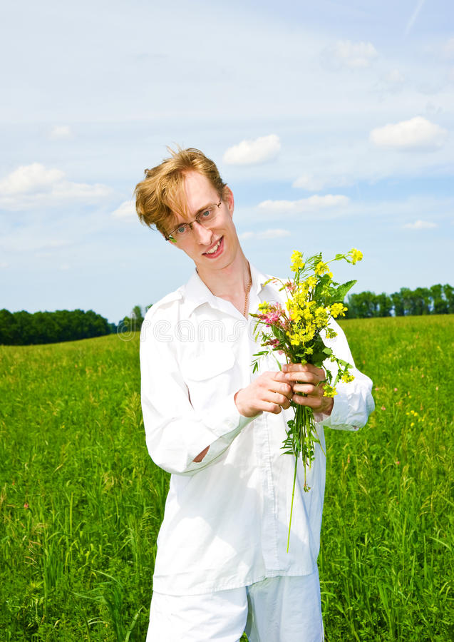 Jolis hommes avec le bouquet des fleurs images stock