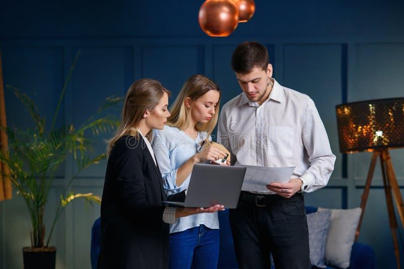 Jolis jeunes couples sur la réunion avec l'agent immobilier dans le bureau images libres de droits