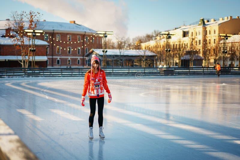 Jolis jeunes d'hiver de patinage de glace de femme, le concept du divertissement images libres de droits
