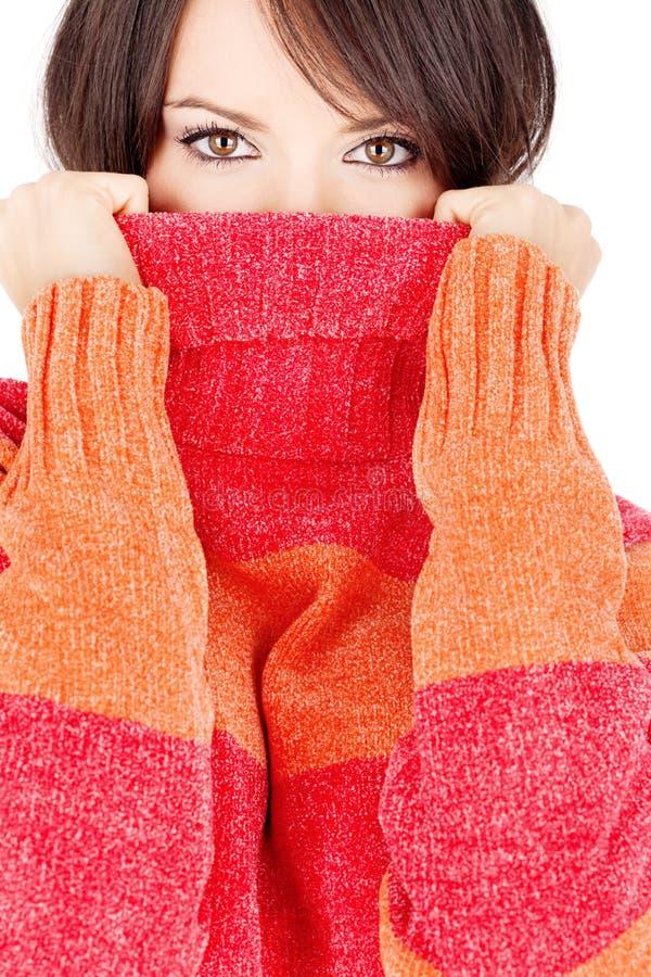 Jolis yeux d'un femme dans le chandail de laines images stock