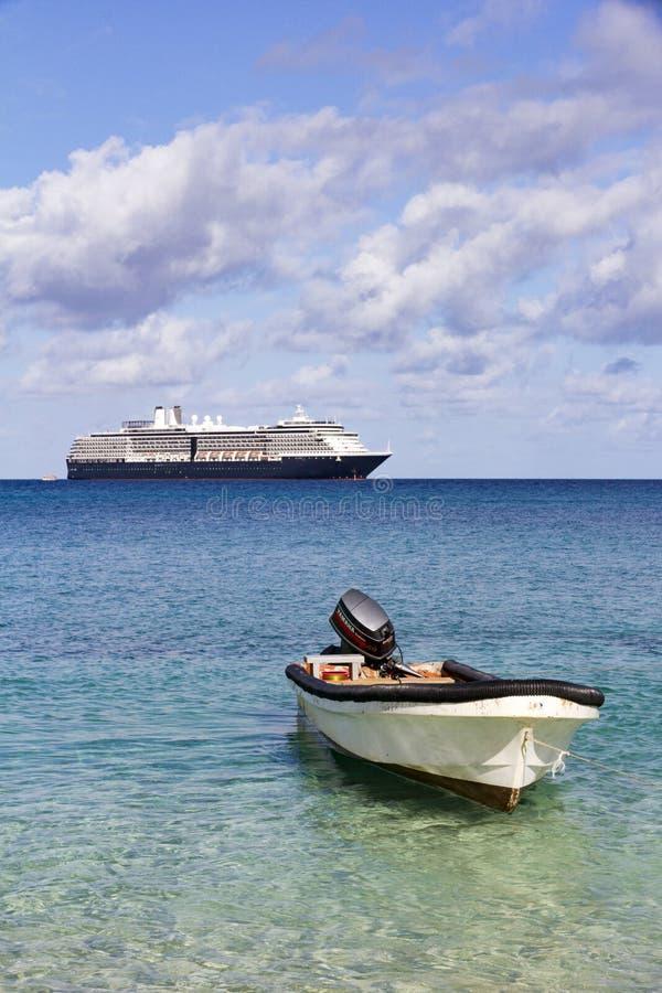 Jolle och kryssningskepp royaltyfri foto
