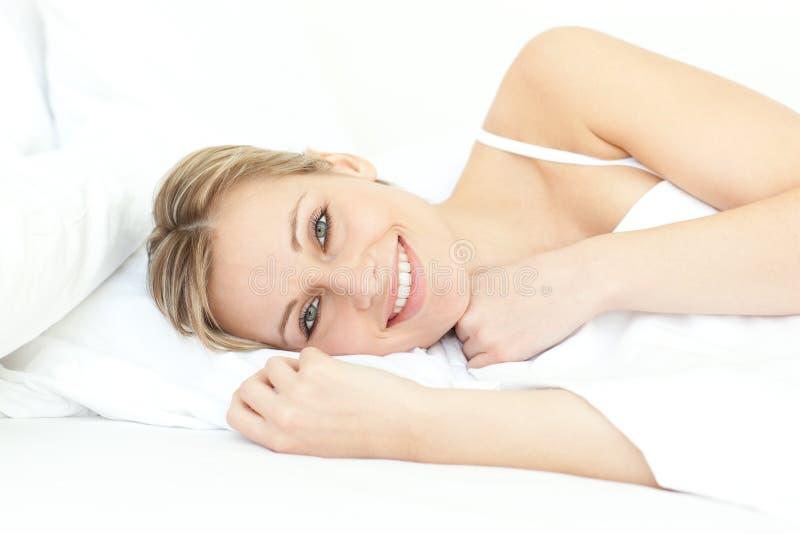 jolly liggande avslappnande kvinna för underlag royaltyfri foto
