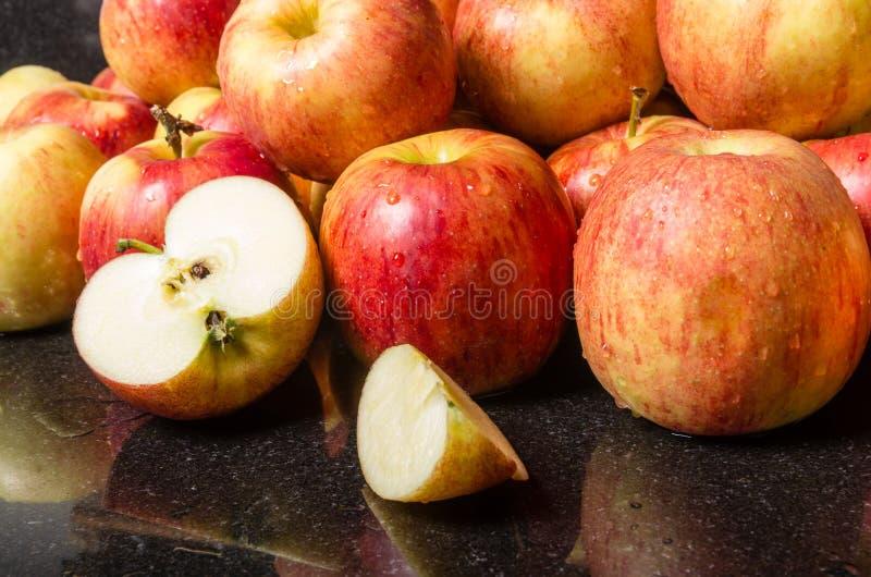 Jonagold jabłka na odpierającym przygotowywającym use zdjęcie stock