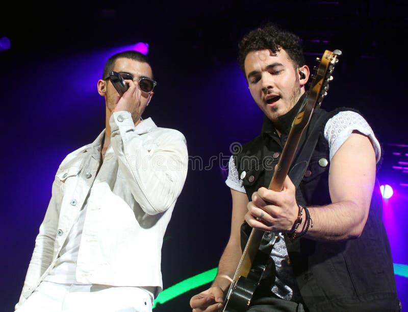 Jonas Brothers Perform de concert photos stock