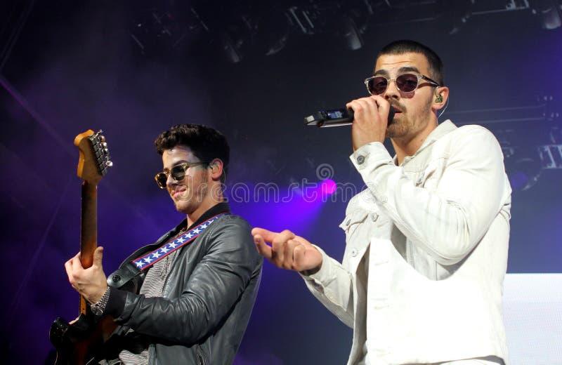 Jonas Brothers Perform i konsert royaltyfri bild