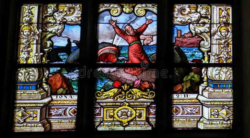 Jonas et la baleine - fenêtre en verre teinté image stock