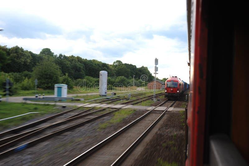 JONAVA, ΛΙΘΟΥΑΝΊΑ - 26 ΙΟΥΝΊΟΥ 2011: Δίκτυο και διαδρομή σιδηροδρόμων της Λιθουανίας Μετάβαση στο γρήγορο τραίνο Αναχώρηση του στ στοκ φωτογραφία