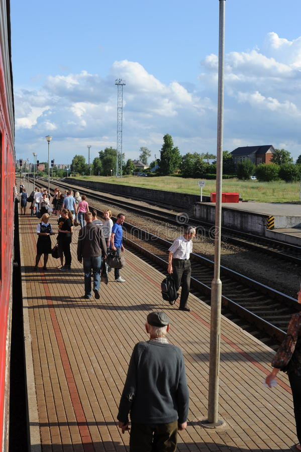 JONAVA, ЛИТВА - 26-ОЕ ИЮНЯ 2011: Сеть и след Литвы железнодорожная Идти на скорый поезд Причаливать к станции стоковое фото rf