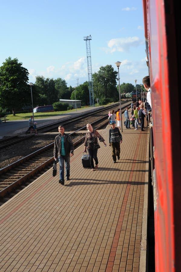 JONAVA, LITUANIA - 26 GIUGNO 2011: Rete ferroviaria e pista della Lituania Andando sul treno veloce Avvicinandosi alla stazione fotografia stock
