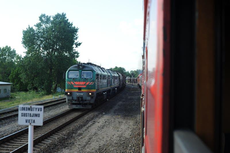JONAVA, LITUANIA - 26 GIUGNO 2011: Rete ferroviaria e pista della Lituania Andando sul treno veloce Lasciare stazione fotografie stock libere da diritti