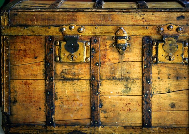 joncteur réseau d'or de couleur de coffre vieux en bois photographie stock libre de droits