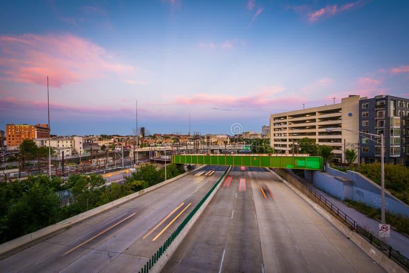 Jones Falls Expressway på solnedgången som ses från Howard Stree arkivfoton