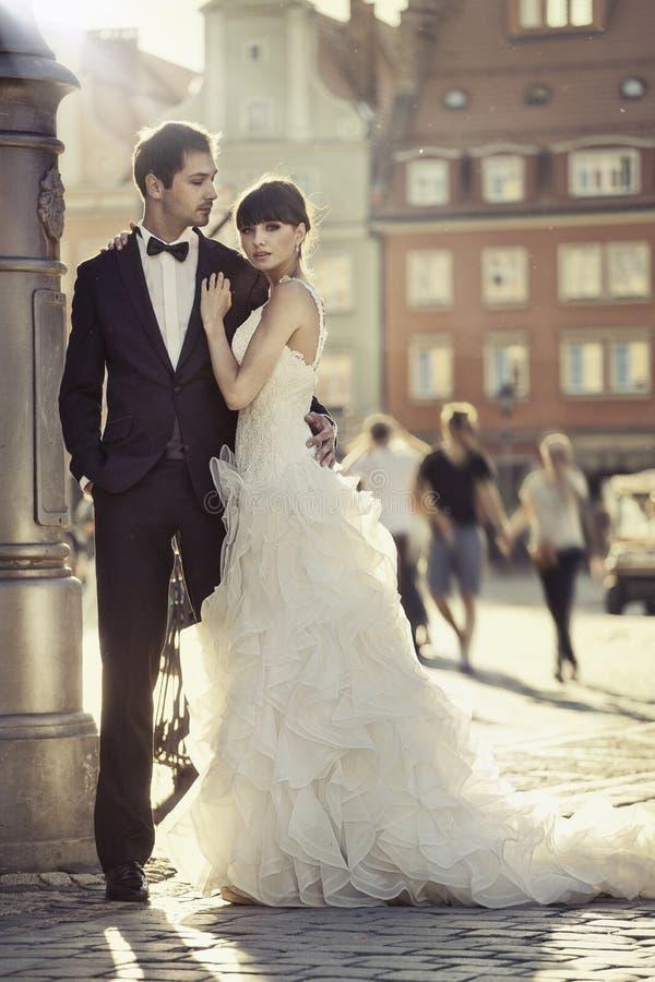 Jong aantrekkelijk huwelijkspaar in de oude stad stock afbeelding