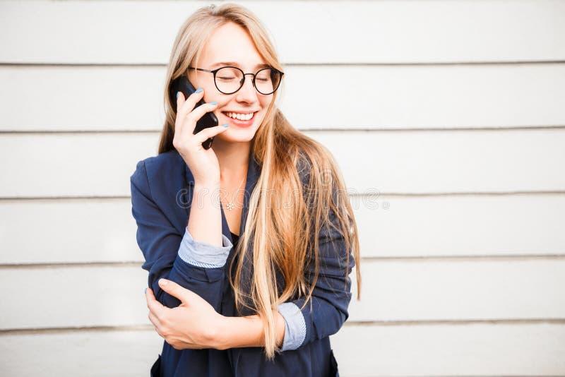 Jong aantrekkelijk Kaukasisch schitterend vrolijk snoepje die het gelukkige vrouw spreken op de telefoon glimlachen, exemplaarrui royalty-vrije stock fotografie