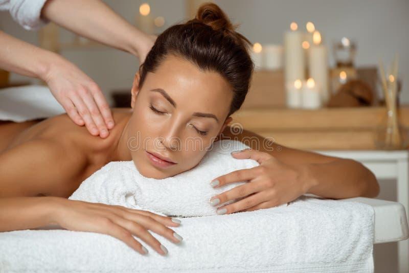 Jong aantrekkelijk meisje die massage het ontspannen in kuuroordsalon hebben royalty-vrije stock foto's