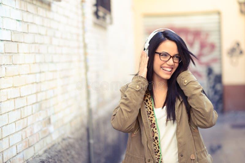 Jong aantrekkelijk meisje op stedelijke achtergrond stock afbeeldingen