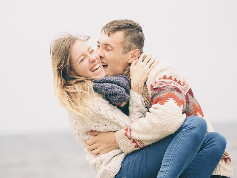 Jong aantrekkelijk paar in gebreide sweaters stock afbeeldingen