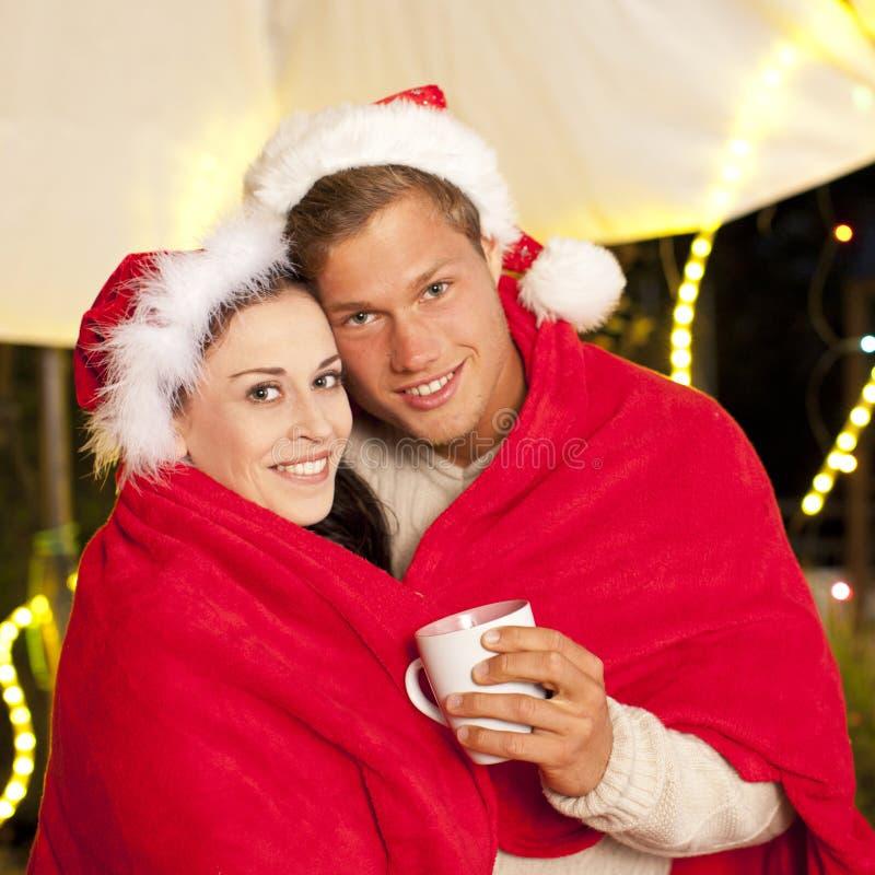 Jong aantrekkelijk paar met hete drank openlucht royalty-vrije stock afbeelding
