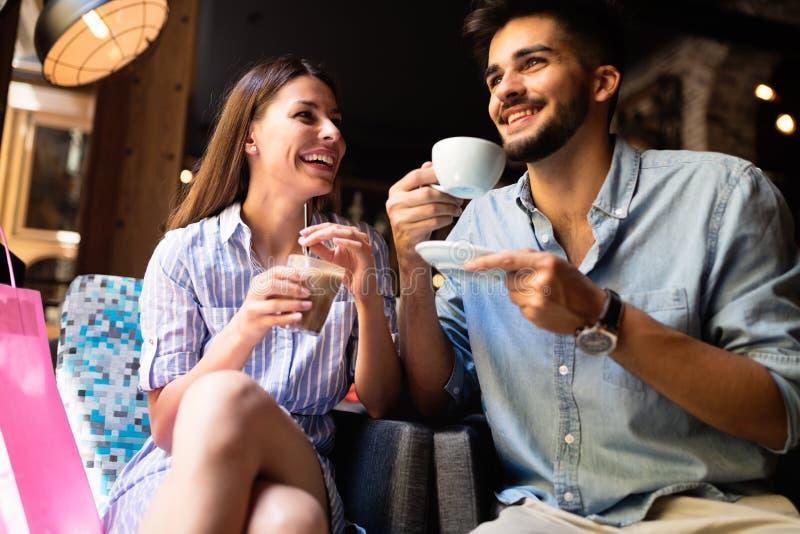 Jong aantrekkelijk paar op datum in koffiewinkel stock foto's