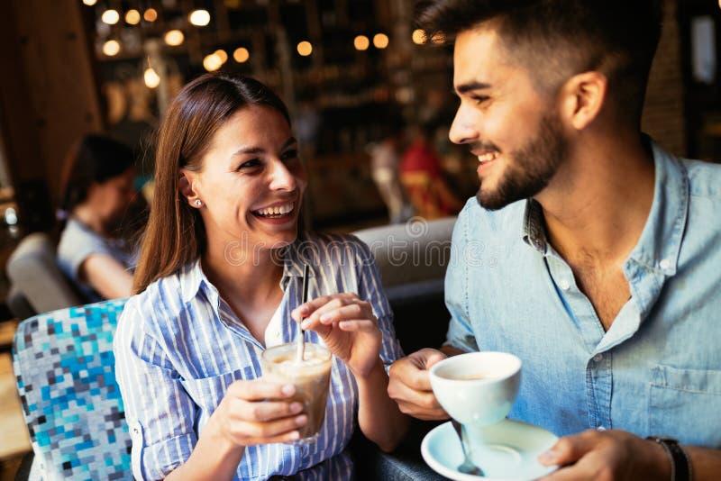 Jong aantrekkelijk paar op datum in koffiewinkel stock afbeelding