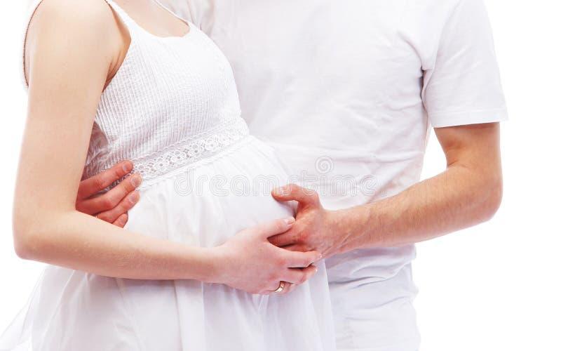 Jong aantrekkelijk paar: zwangere moeder en vader stock afbeeldingen