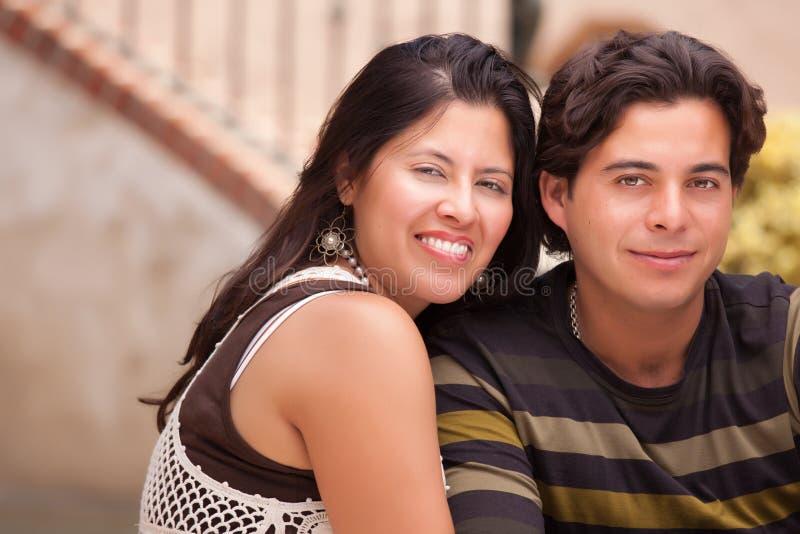 Jong Aantrekkelijk Spaans Paar bij het Park royalty-vrije stock fotografie