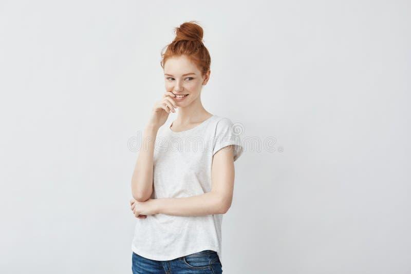 Jong aantrekkelijk speels meisje met het foxy haar glimlachen stock afbeeldingen