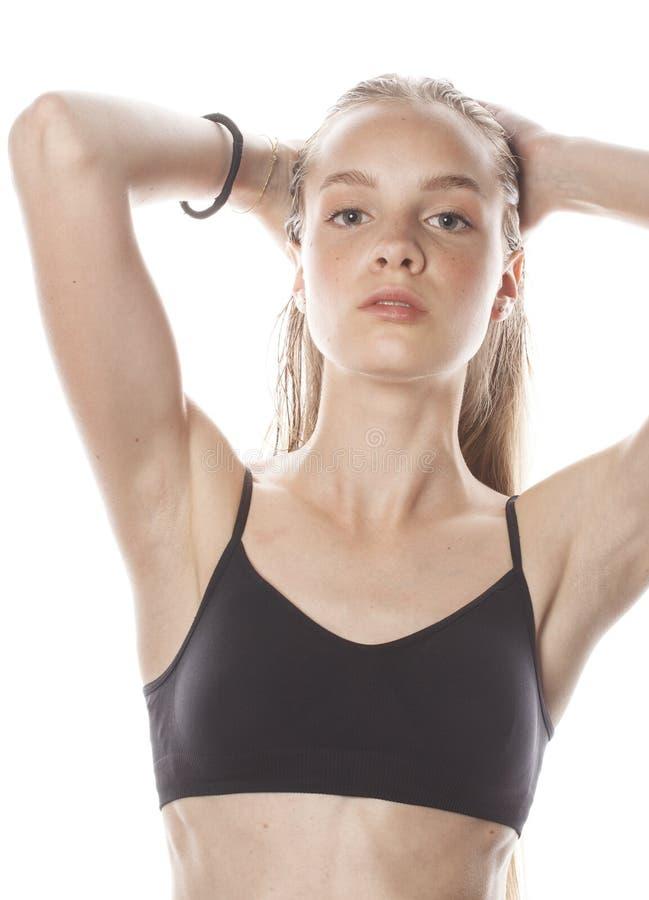Jong aantrekkelijk vrouwen nat lang haar na geïsoleerde training stock afbeelding